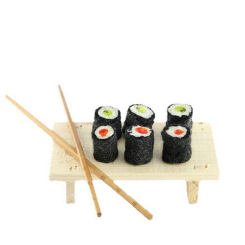 sushi van vilt met plankje en stokjes