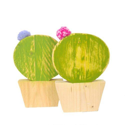 bolcactus van steigerhout met een pompom als bloem