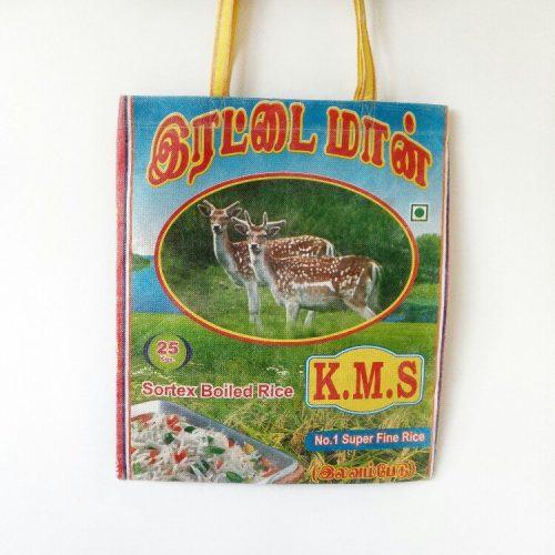 tas van oude rijstzakken met herten er op