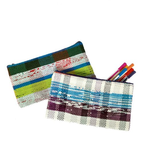 handgeweven etui van plastic tasjes in diverse kleuren