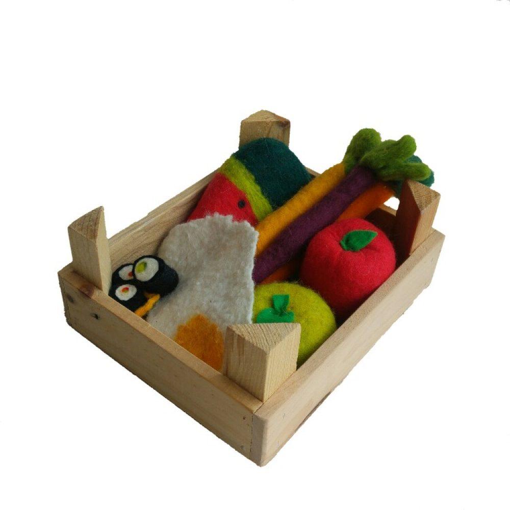 handgemaakt speelgoedeten van vilt in een houten kistje