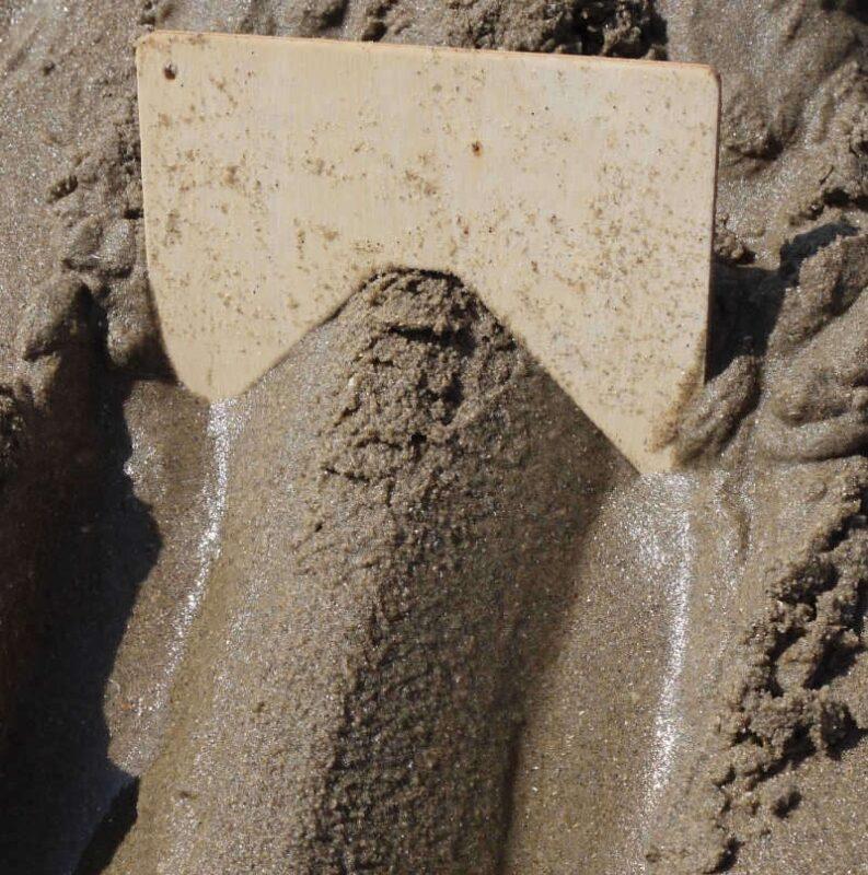 resultaat van zandkam die een dijk maakt