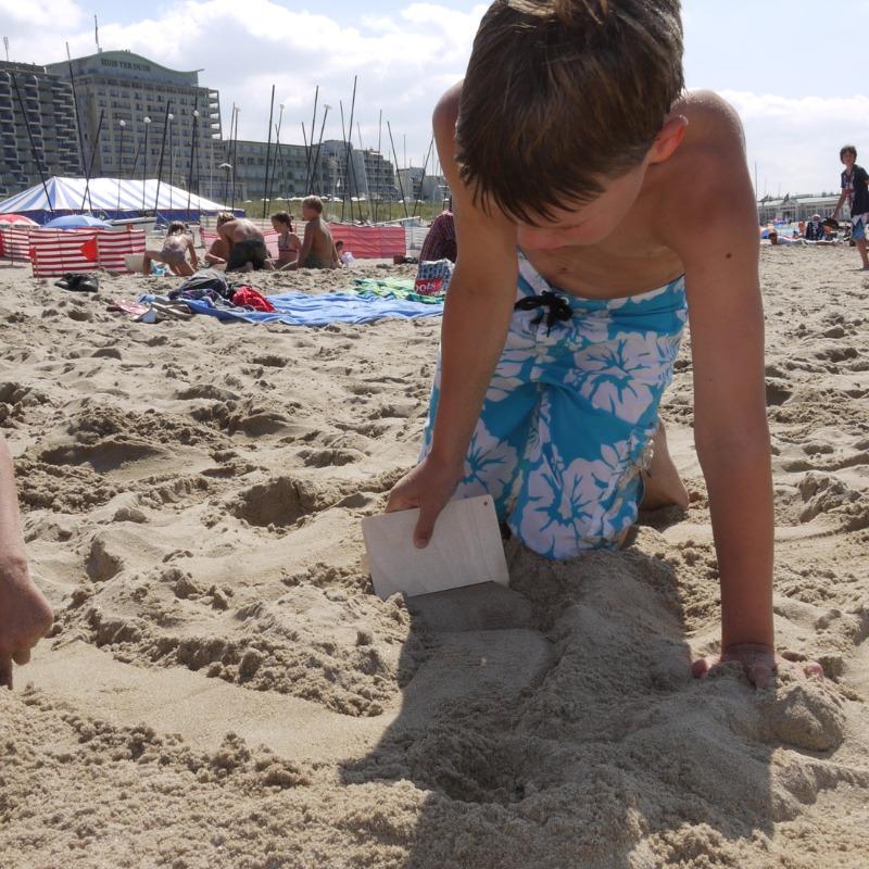 zandkam in gebruik op het strand