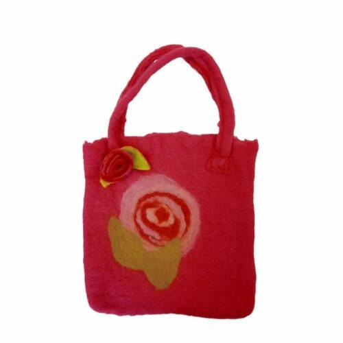 met de hand gevilte tas met een bloem